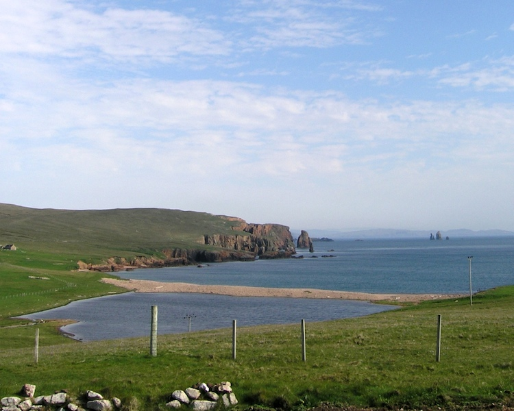 Braewick in Eshaness with Da Drongs in the background